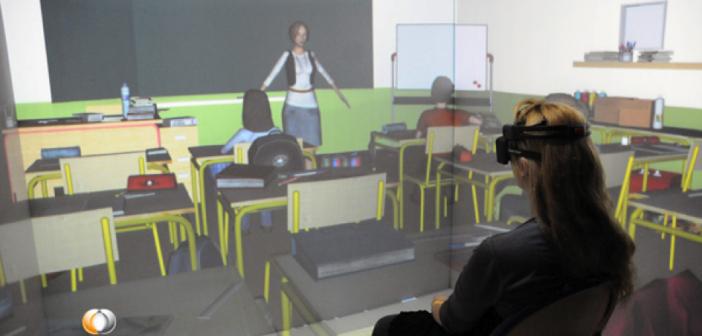 Patient à l'intérieur du système immersif (SAS3 - CLARTE), équipé d'un casque EEG (EMOTIV EPOC) et de lunettes stéréoscopiques. Photo © CLARTE.